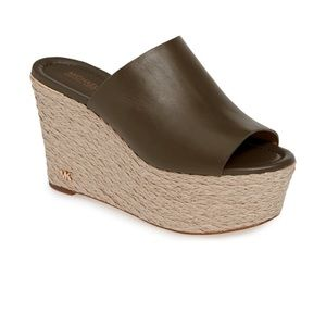 Gorgeous. Michael Kors wedge sandals 👡